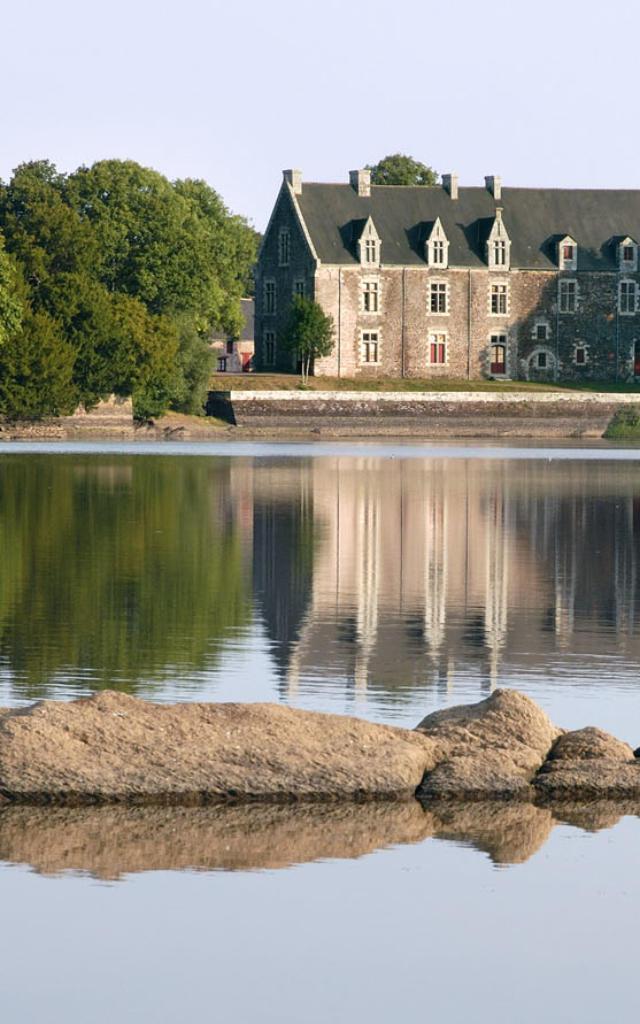 reflet du château de Comper dans le lac