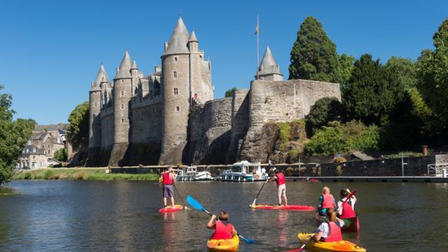 Activités nautiques sur le Canal de Nantes à Brest à Josselin