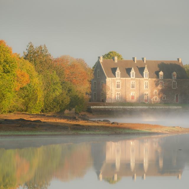 L'etang de Comper, sous ses eaux reside dans un chateau de cristal la fee Viviane qui offre au roi Arthur la celebre epee magique Excalibur.Vue sur le chateau de Comper a Concoret.