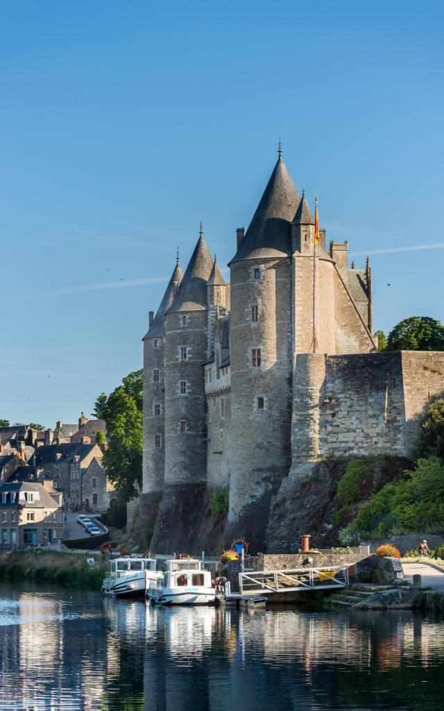 Josselin, cité médiévale au bord du Canal de Nantes à Brest