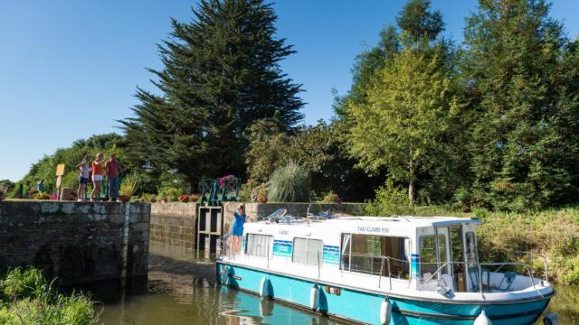 Bateau sur le Canal de Nantes à brest à Malestroit