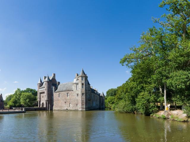 Plus beau château de Brocéliande, légende dame blanche, écrin de verdure, Concoret, Morbihan, Bretagne