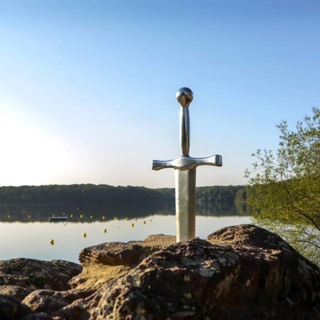 excalibur, épée dans la roche à Trémelin. Crtb-Guillaudeau Donatienne