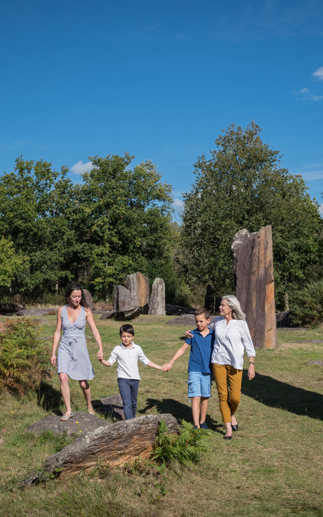 Une famille inter-generation se promene parmi les megalithes