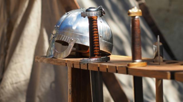 épées et heaume de chevalier
