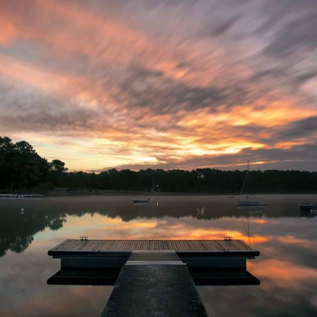 Lac De Trémelin - ponton au lever du jour