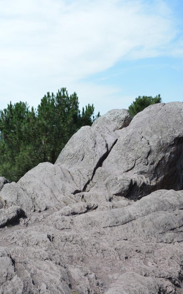 le rocher des faux amants sur les hauts du val sans retour