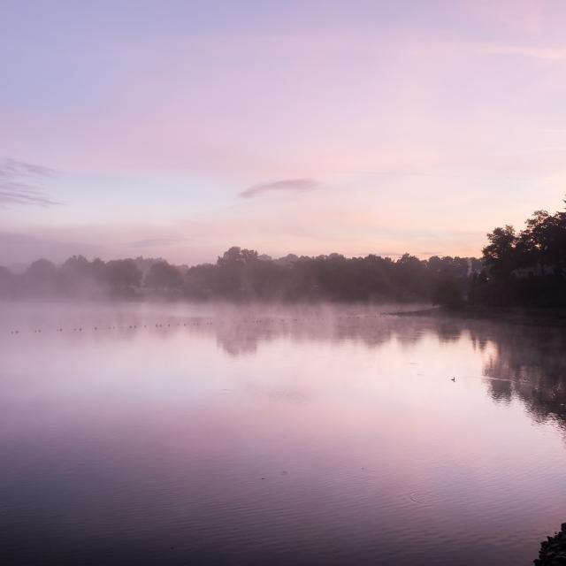 Paysage du lac au Duc à l'aube à Ploërmel