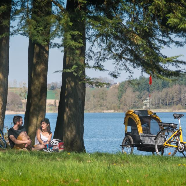 promenade en Vélo à assistance électrique sur les bords du lac au Duc à Ploërmel